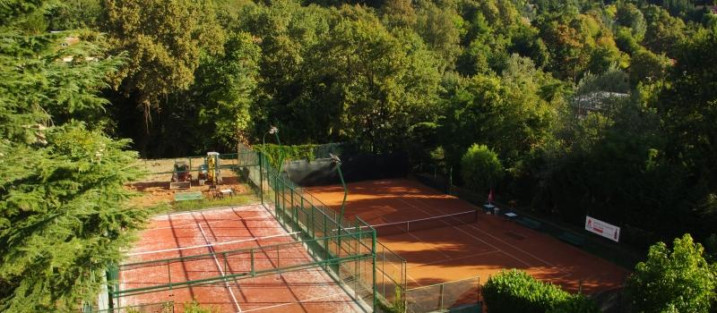 quattro campi da tennis e un campo da paddle sono a disposizione dei soci del boschi sport club